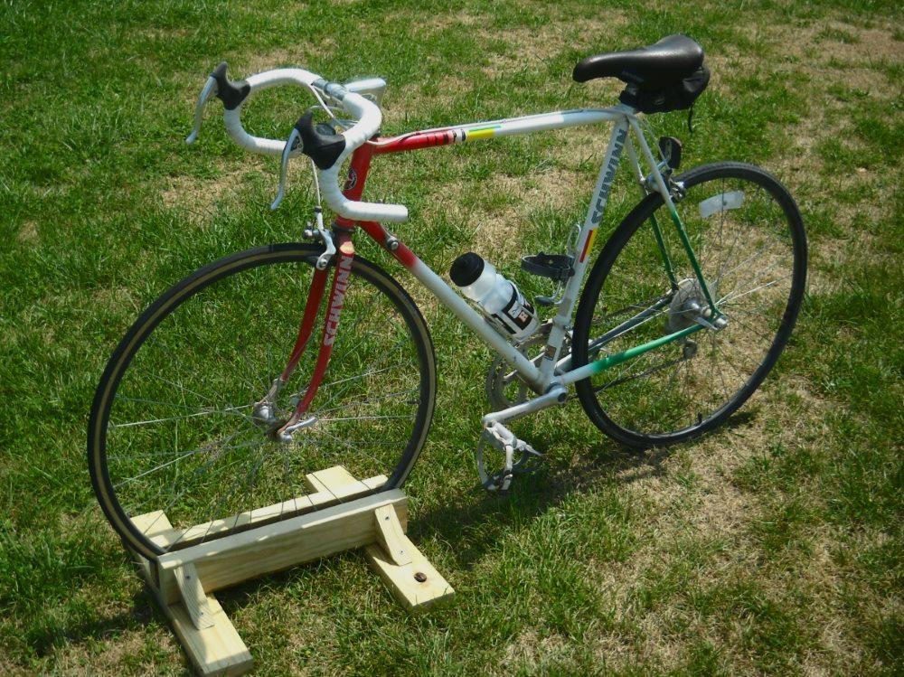 деревянная подставка под колесо велосипеда