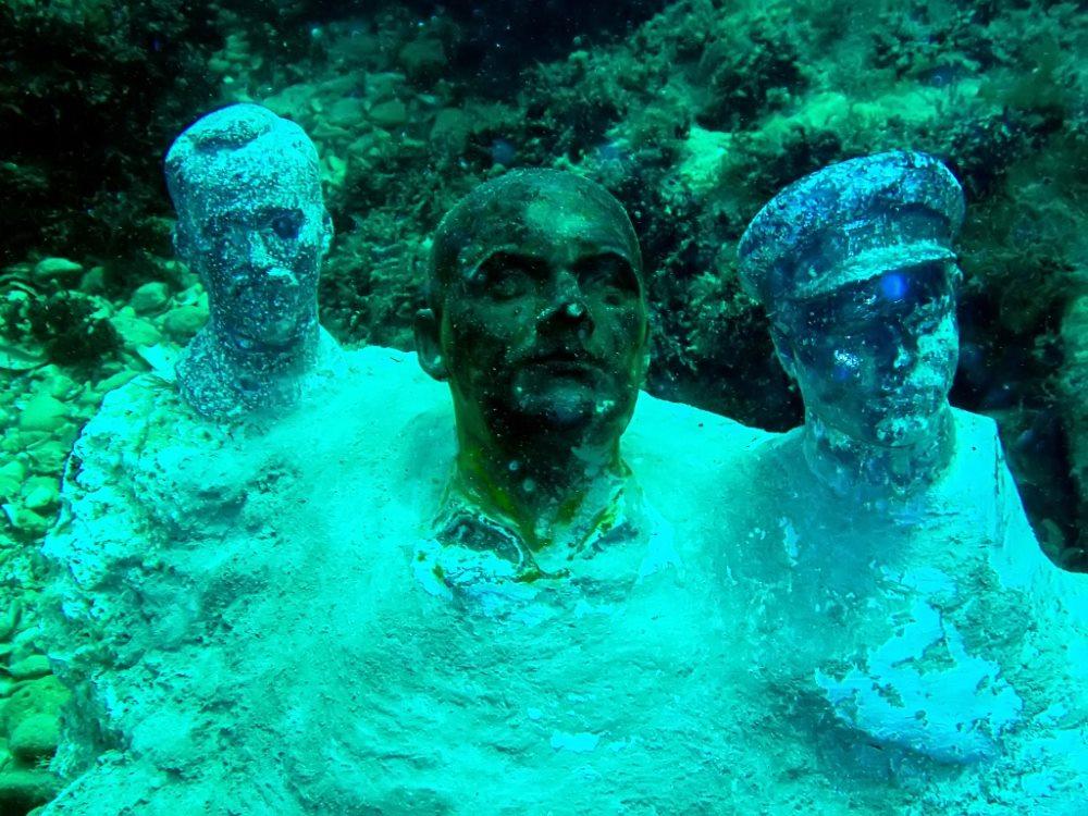 Статуи вождей под водой