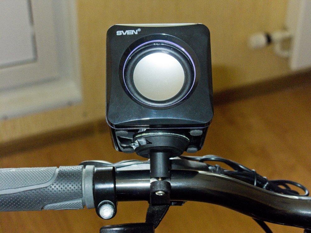 Установленный фонарь на велосипед