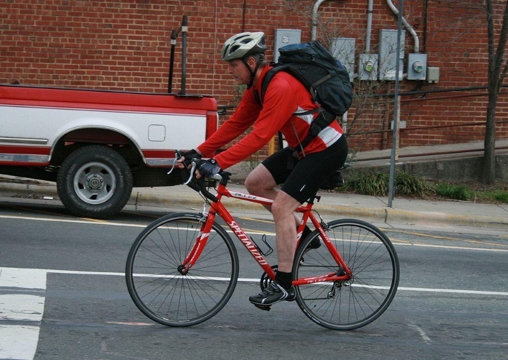 Велосипедист на дороге
