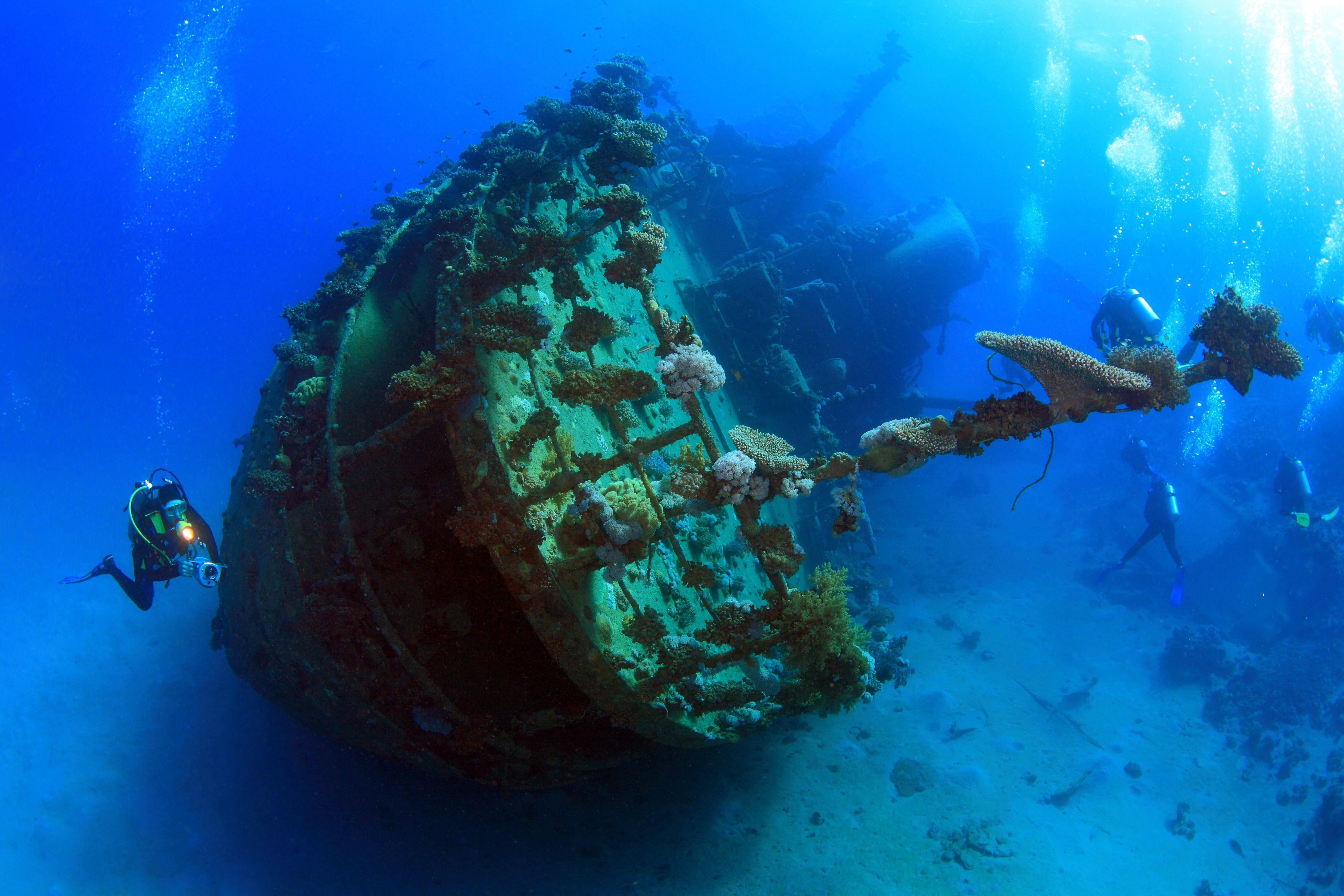 Дайвер и корабль