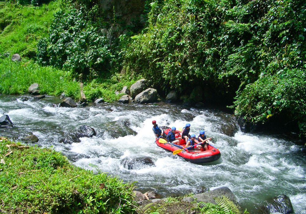 Рафтинг по быстрой реке