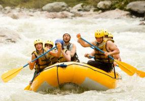 Рафтинг по бурной реке