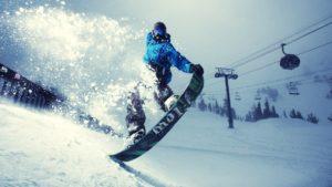 Выполнение трюка на сноуборде
