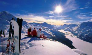 Сноубордисты и горнолыжники