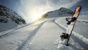 Сноуборд на снегу