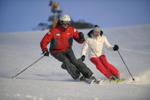Парный спуск на горных лыжах