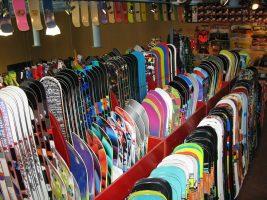 Много сноубордов в магазине