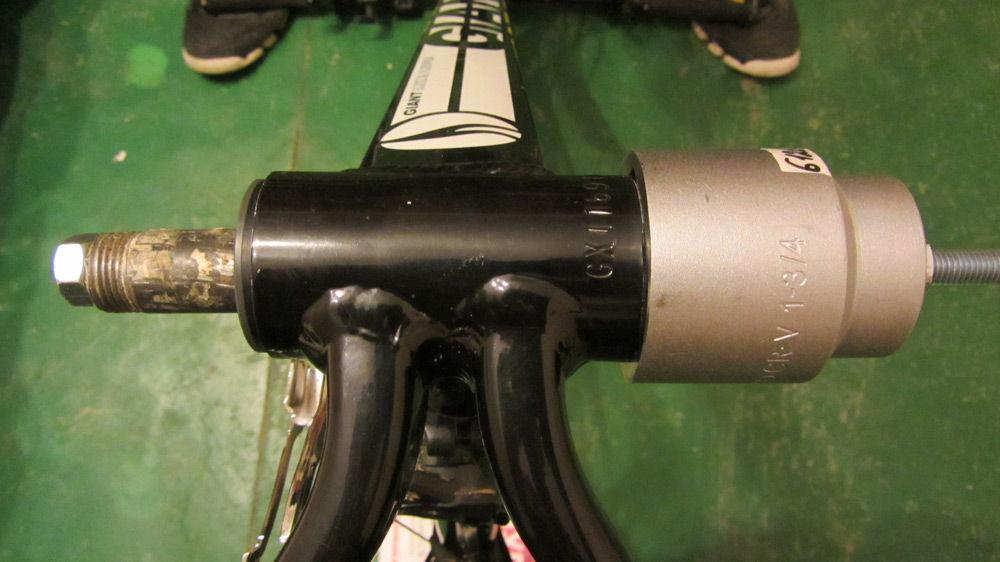 Велосипед черного цвета ремонтируется