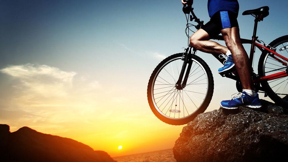 Велосипедист на фоне заката