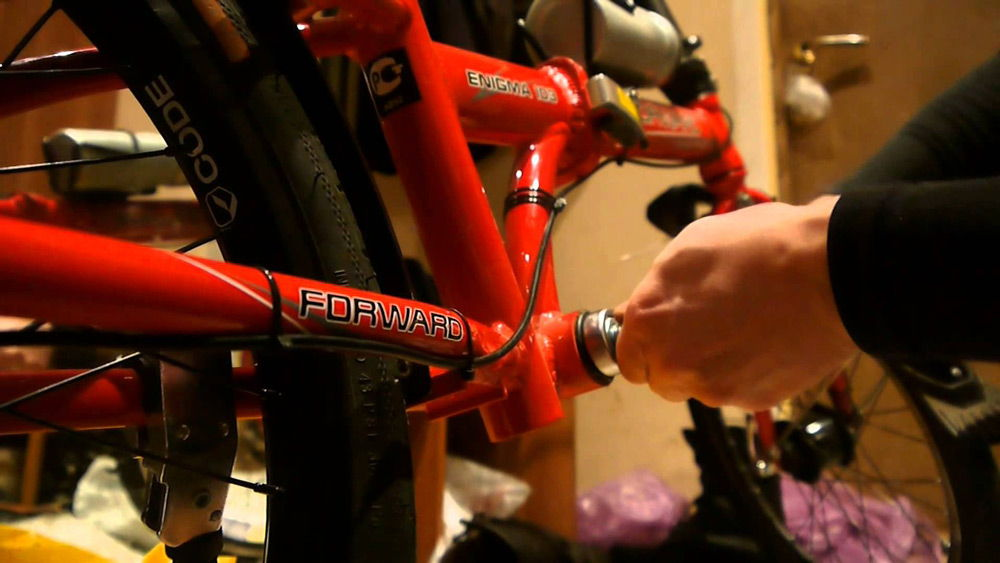 Велосипед красного цвета ремонтируется