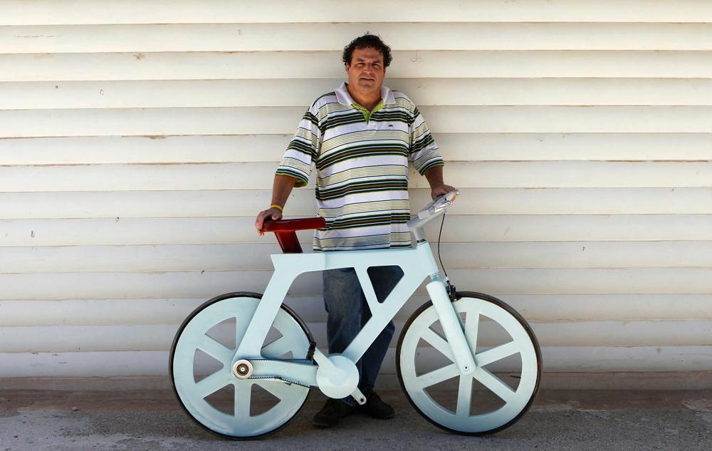 Мужчина с картонным велосипедом
