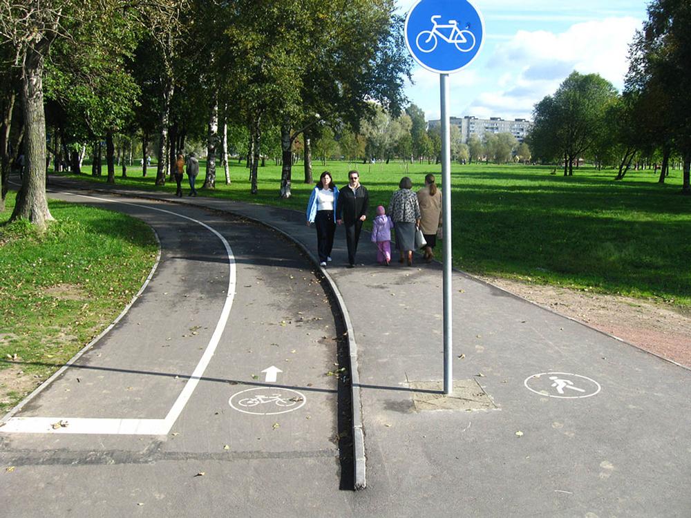 Люди гуляют по парку