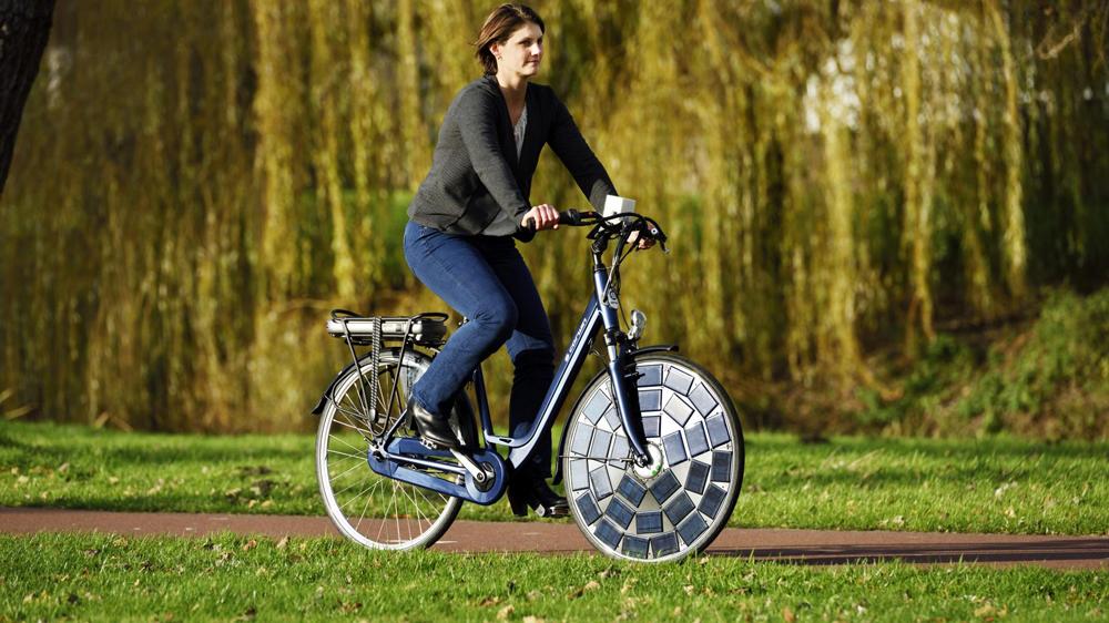 Солнечный велосипед в парке