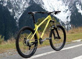 Велосипед с желтой рамой