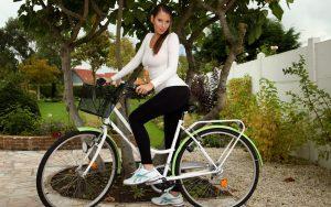 Девушка в лосинах на велосипеде