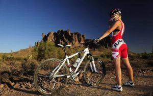 стройная фигура на велосипеде