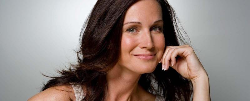 Женщина с темными волосами улыбается
