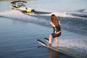 Девушка на водных лыжах