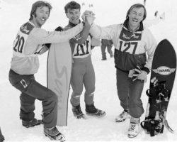 Трое мужчин со сноубордами